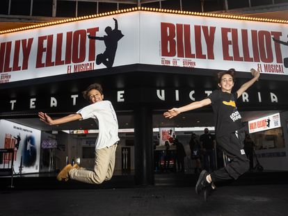Max, a la izquierda, y Ot dan un salto ante el cartel del Teatre Victòria, en el Paral·lel de Barcelona, el miércoles.