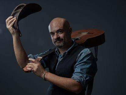 El músico Lucas Álvarez de Toledo con su guitarra, esta semana.