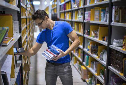 Un empleado de Amazon en sus almacenes de Chalon-sur-Saone, Francia.