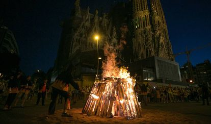 Una hoguera de San Juan ante la Sagrada Família, en Barcelona.