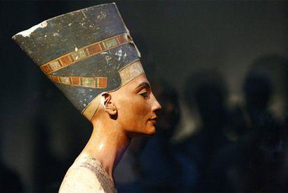 El busto de la reina egipcia Nefertiti, expuesto en su nuevo emplazamiento en el Neues Museum de Berlín (Alemania).