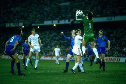 Duckadam atrapa un balón aéreo durante la final de la Copa de Europa de 1986 Steaua-Barcelona en el Sánchez Pizjuán.
