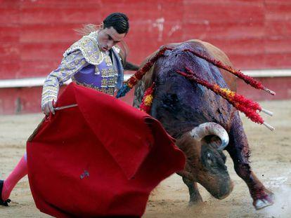 El diestro, Paco Ureña, da un pase a su primer astado durante el cuarto festejo de la Feria de Julio.