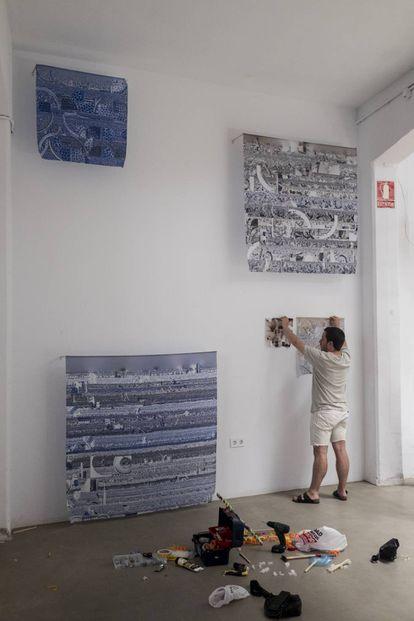 Diego, de Hiperestudio, coloca su obra en Casa Banchel días antes de la exposición.