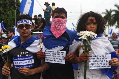 Tres jóvenes en la Marcha de las flores en Nicaragua
