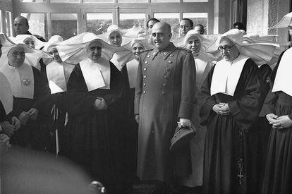 El dictador Francisco Franco inaugura el Sanatorio Militar del Generalísimo, en la sierra madrileña, en 1949.