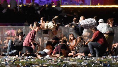 Decenas de personas tratan de esconderse de los disparos durante el concierto en Las Vegas.