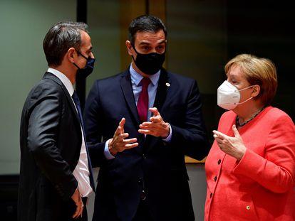 El primer ministros griego, Kyriakos Mitsotakis; el presidente del Gobierno, Pedro Sánchez; y la canciller alemana, Angela Merkel, el pasado 20 de julio en Bruselas.
