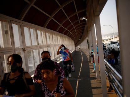 Personas cruzan el puente fronterizo Paso del Norte hacia El Paso, Texas, el pasado 21 de julio.