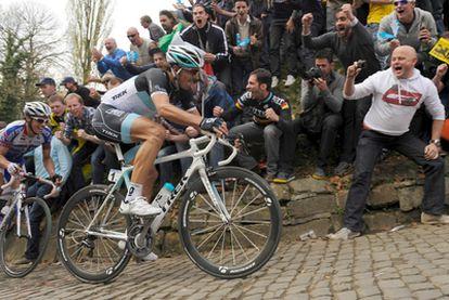El suizo Fabian Cancellara (derecha) de Leopard y el francés Sylvain Chavanel de Quick Step suben el Kapelmuur durante la 95ª edición del Tour de Flandes.
