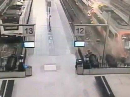 Momento en el que un tren se estrella contra el tope de una vía, en la estación de Francia, en Barcelona.