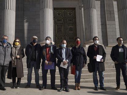 Representantes de colectivos de defensa del aragonés, el asturiano, el euskera, el gallego y el catalán, a la puerta del Congreso.