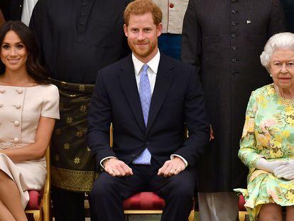 Los duques de Sussex junto a la reina Isabel II, durante un acto en 2018.