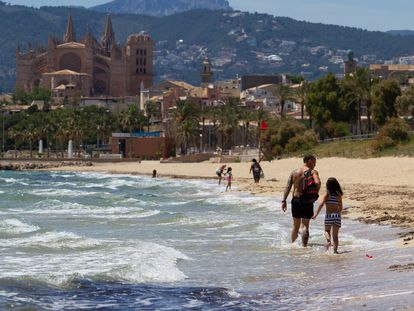Residentes de Palma en una de las playas de Mallorca, el 23 de mayo.