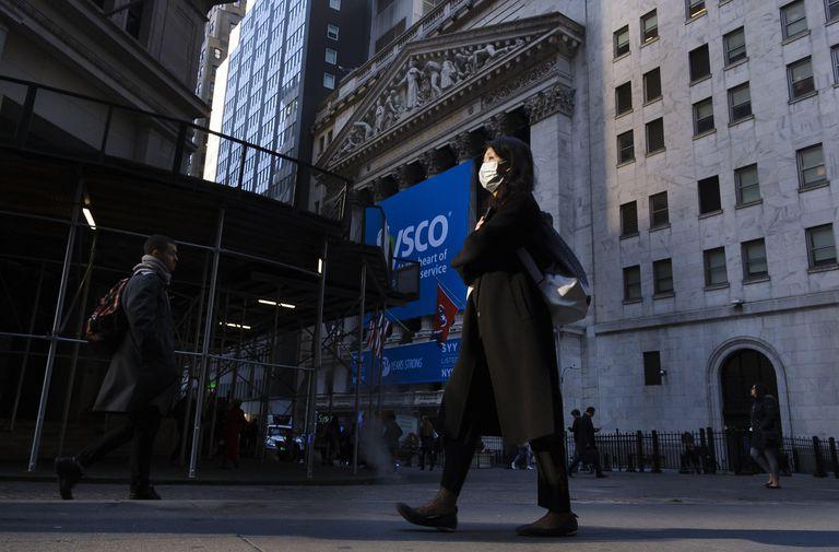 Una persona usando una mascarilla a las afueras de la Bolsa de Nueva York. ¡