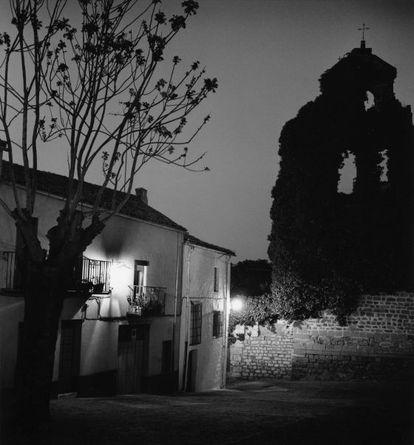 """La singularidad de la iglesia de San Lorenzo era su alta espadaña sin campanas, pero cubierta de hiedra""."
