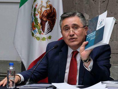 Luis Raúl González, con el informe sobre derechos humanos.