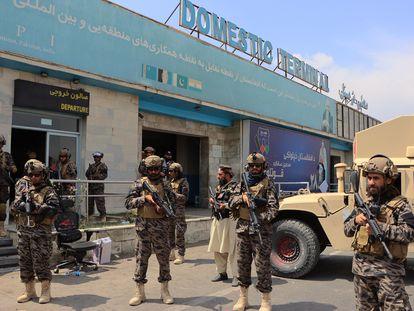 Fuerzas de los talibanes aseguran el Aeropuerto Internacional Hamid Karzai de Kabul, tras la retirada de las fuerzas estadounidenses este martes.
