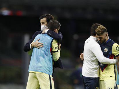 Santiago Solari, entrenador del América, consuela a sus futbolistas, este domingo en el estadio Azteca.