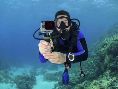 Un hombre practica buceo con escafandra mientras utiliza una cámara GoPro.