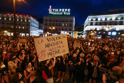 Manifestantes en la Puerta del Sol, en Madrid, contra la violencia machista este viernes.