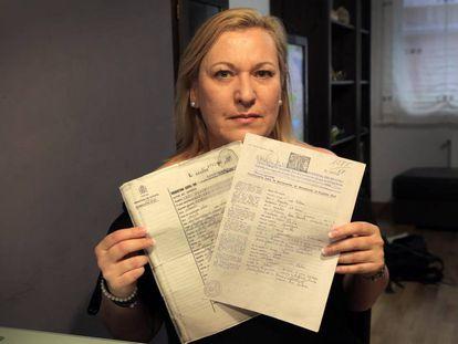 Inés Madrigal muestra la documentación falsa de su nacimiento donde su madre adoptiva figura como biológica.