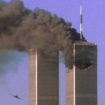 El vuelo 175 de United Airlines, antes de colisionar contra la Torre Sur del World Trade Center de Nueva York, el 11 de septiembre de 2001.