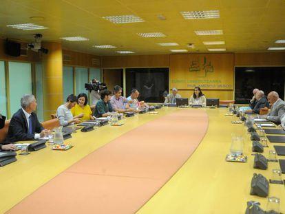 Los miembros de la Ponencia de Autogobierno un minuto antes de comenzar la reunión a puerta cerrada.