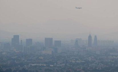 Una capa de polución, este sábado, en Ciudad de México.