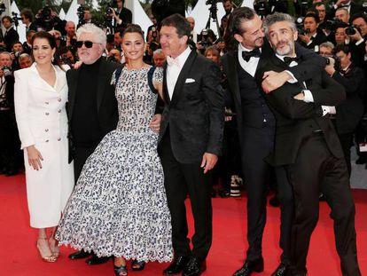 Desde la izquierda, los actores Nora Navas, Pedro Almodóvar, Penélope Cruz, Antonio Banderas, Asier Etxeandia y Leonardo Sbaraglia, a la entrada de la proyección de 'Dolor y gloria' el viernes en Cannes. En vídeo, el paso de los actores por la alfombra roja.