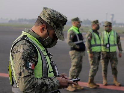 Soldados mexicanos en el aeropuerto de Ciudad de México.