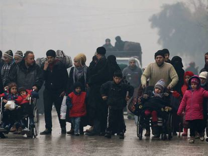 Civiles abandonan la ciudad de Alepo.