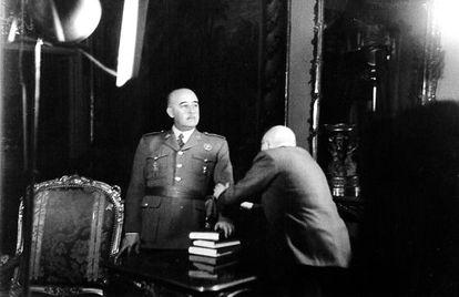 Francisco Franco durante un reportaje fotográfico.
