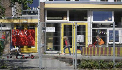 Imagen de una escuela que ha reabierto en La Haya (Holanda).