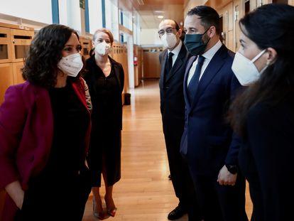 Isabel Díaz Ayuso charla con Rocío Monasterio en presencia del líder de Vox, Santiago Abascal en mayo de 2020.