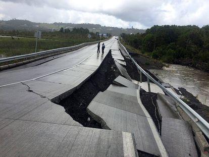 Destrozos en una carretera tras el terremoto de diciembre.