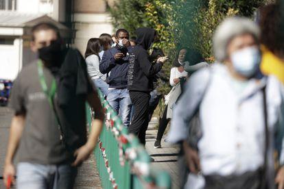 Cola de personas esperando para someterse a un test de coronavirus en el hospital San Giovanni de Roma, el pasado jueves.