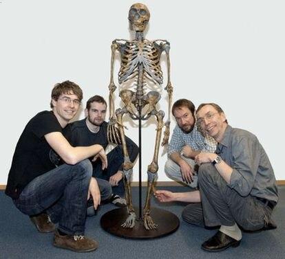 Svante Pääbo, a la derecha, con miembros de su equipo junto a un esqueleto de neandertal.