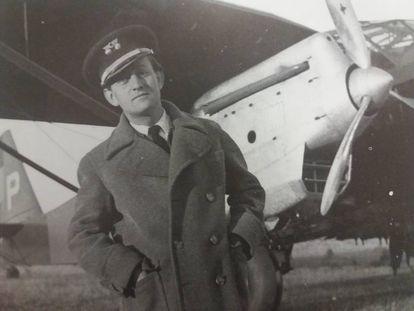 André Malraux delante de un Potez de su escuadrilla durante la Guerra Civil.