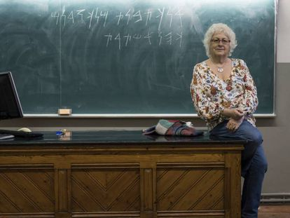 """Maria Josep Estanyol, profesora de la UB, es la única especialista en fenicio de España. Escrito en la pizarra: """"Yo soy Tabnit, rey de los sidonios, sacerdote de Astarté"""". En vídeo, reportaje de la profesora Estanyol."""