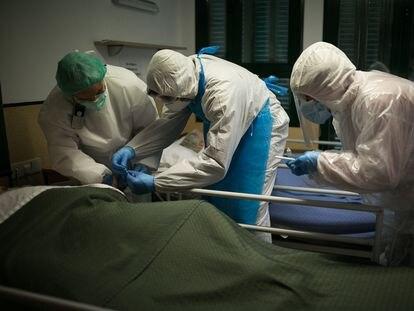 Dos voluntarios de Proactiva Open Arms realizan test rápidos en una residencia de la provincia de Barcelona, junto a una enfermera del centro, el pasado abril.
