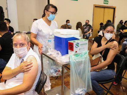 Personal docente recibe la vacuna contra la covid-19 el 25 de mayo en Ciudad Juárez, Chihuahua.