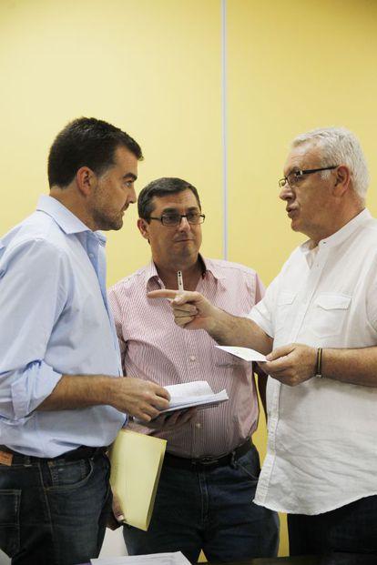 Antonio Maíllo dialoga con el líder nacional de IU, Cayo Lara (derecha), el pasado verano.