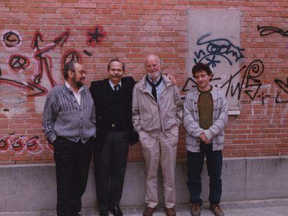 De izquierda a derecha, el poeta Andrés García Madrid, el editor Eugenio Suárez-Galbán, Lawrence Ferlinghetti y el también editor Raúl García Bravo, en las proximidades de la editorial Orígenes, en Madrid, durante su visita en 1991.