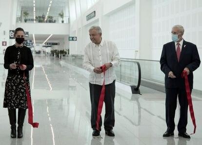 López Obrador (centro) con Claudia Sheinbaum y Jorge Arganis Díaz, en el Aeropuerto de Ciudad de México.