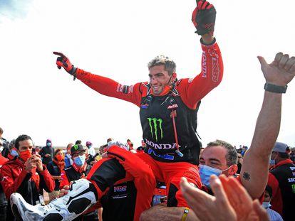 Kevin Benavides celebra con sus compañeros en Honda la victoria en el Rally Dakar.