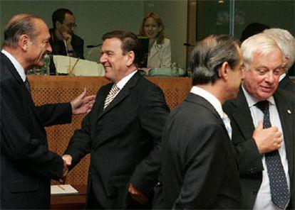 Jacques Chirac saluda a Gerhard Schröder mientras el primer ministro maltés, Lawrence Gonzi, habla con el candidato a dirigir la Comisión Chris Patten.