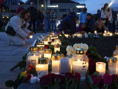 Flores y velas en una plaza de Kongsberg, Noruega, donde el miércoles un hombre armado con un arco y flechas disparó y mató a cinco personas.