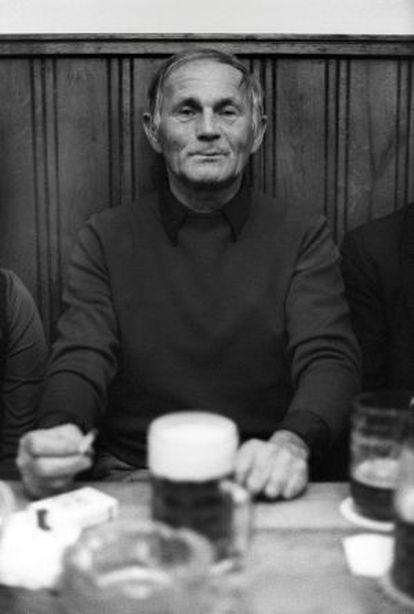 Bohumil Hrabal, en una taberna de Praga en los años 80.