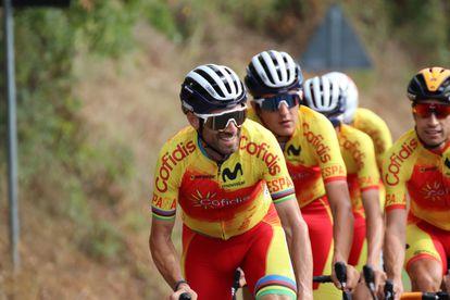Valverde, ante Marc Soler y Landa, en un entrenamiento de la selección española en Imola.